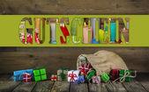 Vele kerstcadeautjes kleurrijke op houten oude achtergrond. — Stockfoto