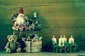 Vintage christmas decoration with santa and advent wreath on woo — Zdjęcie stockowe