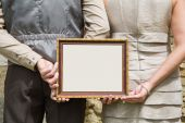 Married couple holding advertising or message board in hands. — Foto Stock