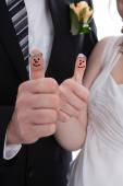Happy bridal pair with thumbs up. Lucky couple get married. — Stock Photo