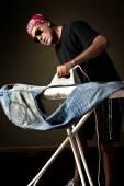 Planchar un par de jeans hombre — Foto de Stock