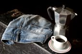Espresso coffee, espresso maker and dirty jeans — Stock Photo