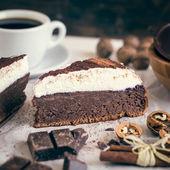 Шоколадный торт с кремом — Стоковое фото