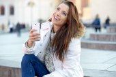 Schöne junge Frau, die eine Nachricht schreiben — Stockfoto