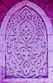Ancient Islamic decorative ornamental carvings sculpture on colourful wall — Fotografia Stock