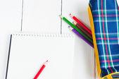 紙とテーブルの上のカラフルな鉛筆。上からの眺め — ストック写真