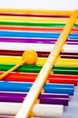 Duha barevné dřevěné hračky xylofon proti Bílému pozadí — Stock fotografie