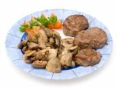 Três entrecostos com cogumelos fritos, tomate e salsa em uma placa azul, isolada no fundo branco — Fotografia Stock