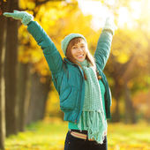 Young woman in the autumn park. — Stock Photo