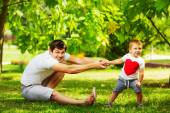 Father and son having fun in summer park — 图库照片