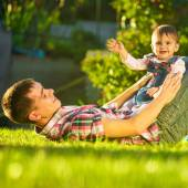 Father and baby daughter having fun in sunny garden. — ストック写真