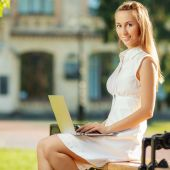 Student woman using a laptop — Stock Photo
