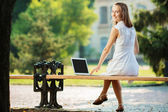 Student woman using a laptop — Fotografia Stock