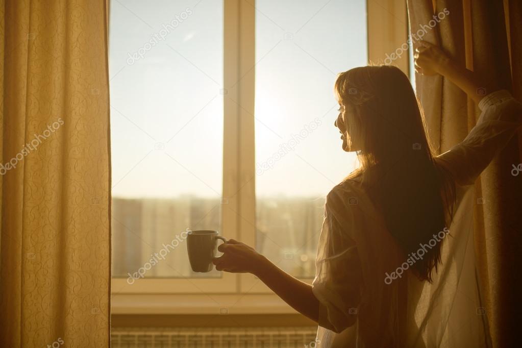 девушки у окна фото этого первого слоя