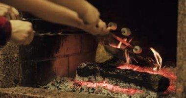 Family roasting marshmallows — Stock Video