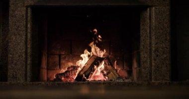 Warm cozy fireplace — Vídeo stock