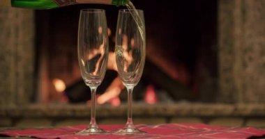 Pouring glasses of sparkling champagne — Vídeo de Stock