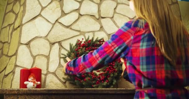 Woman decorating fireplace — Vídeo de stock