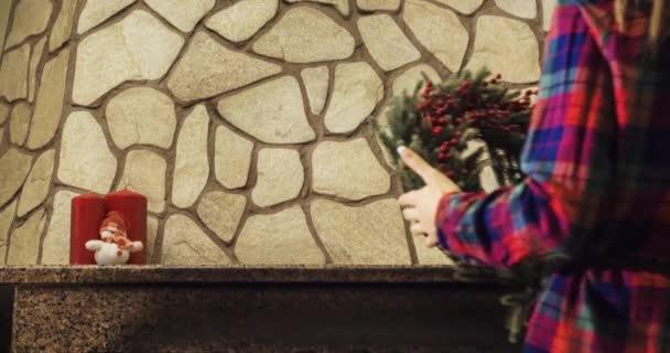 Woman decorating fireplace — Vídeo de stock