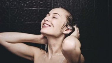 Woman rinsing hair from shampoo — Stock Video