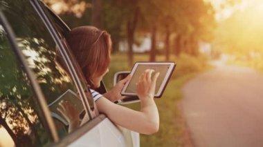 Žena pomocí digitálních tablet — Stock video