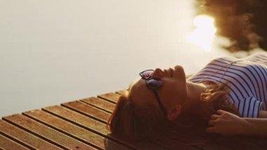 Donna, rilassante e sorridente — Video Stock