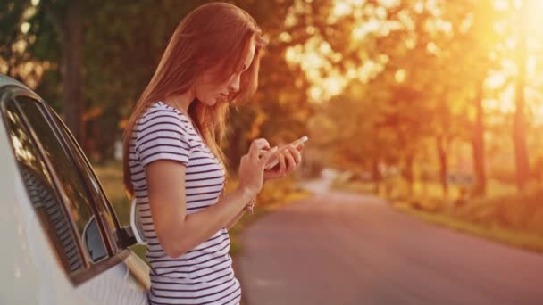Mujer con smartphone digital — Vídeo de stock