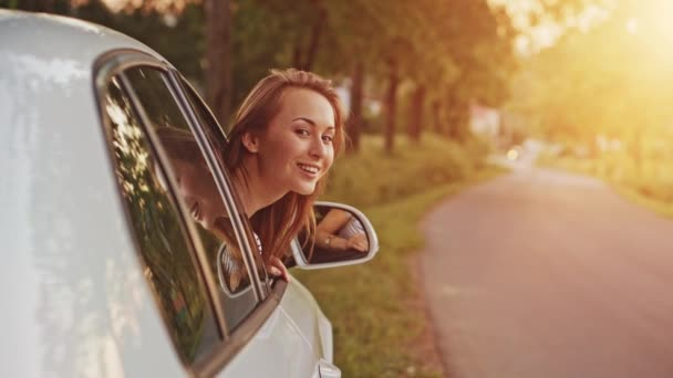 Mujer saludando desde el coche — Vídeo de stock
