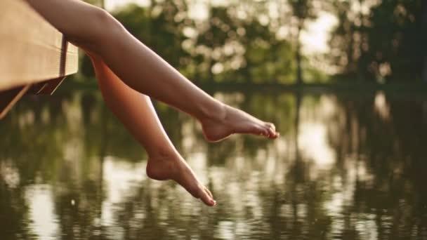 Mujer se relaja por el lago — Vídeo de stock