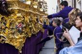 Boystries to touch the skirt of the throne to have good luck, popular tradition in Andalusia — Stock Photo