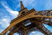 Gorgeous wide shot of Eiffel Tower with dramatic sky at late eve — Stock Photo