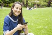 Женщина, использующая мобильный — Стоковое фото