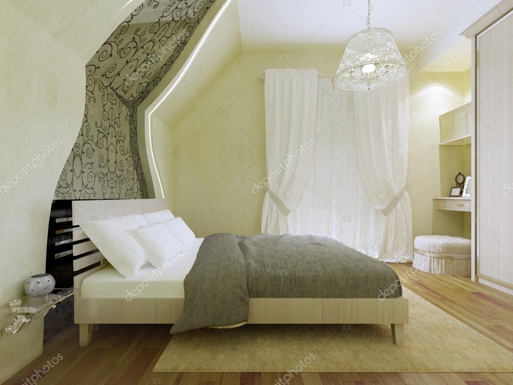 Slaapkamer met patroon spiegel langs de geneigd muur — stockfoto ...