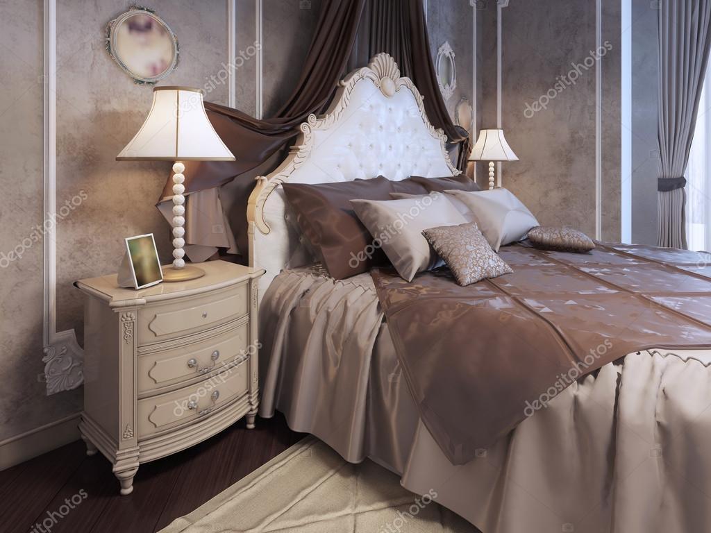 Dyr säng i nyklassisk stil sovrum — Stockfotografi © kuprin33 ...