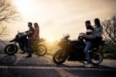 Два Мотоциклы, вождение в природе — Стоковое фото