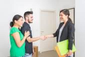 Estate agent close a contract — Stock Photo
