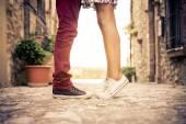 Junges Paar küssen outdor — Stockfoto
