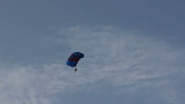 Parachuter fall from the sky — Stock Video