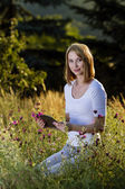 通过使用 tablet pc 的年轻女人 — 图库照片