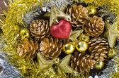 Jul bakgrund med kottar — Stockfoto