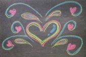 手在黑板背景上绘制的心的形状. — 图库照片
