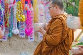 O tradicional festival de Songkran em derramar água sobre Buddha imag — Fotografia Stock