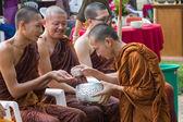 O tradicional festival de Songkran em derramar água sobre monges — Fotografia Stock