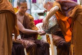 The traditional Songkran festival at pour water onto monks — Foto de Stock