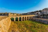 En bro leder till huvudporten i Methoni fästning, Peloponnesos, Grekland. — Stockfoto