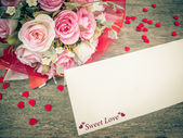 White card and pink rose bouquet on wood — Stock Photo