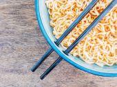 Kryddig omedelbar nudlar i skål med pinnar — Stockfoto