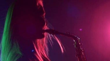 Woman playing music using saxophone — Stok video