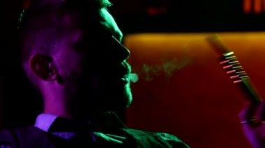Närbild av man röka traditionell vattenpipa pipe — Stockvideo