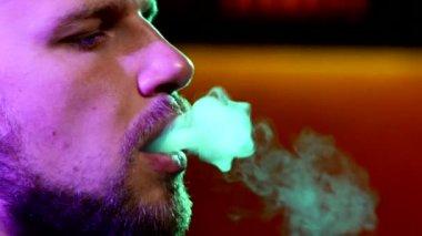 Närbild av man med ett skägg röka traditionell vattenpipa — Stockvideo